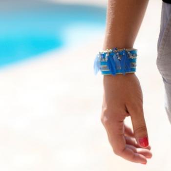 Bracelet manchette bleu avec des plumes