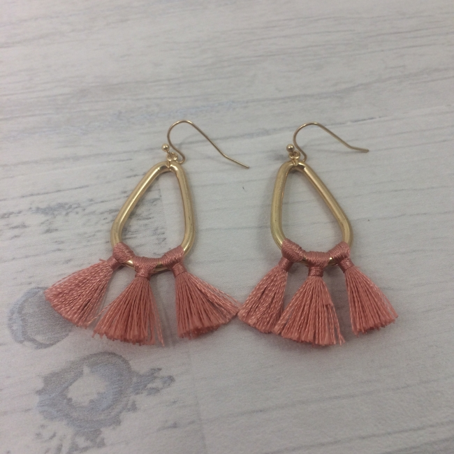 Boucles d'oreilles gouttes dorées et pompons corail