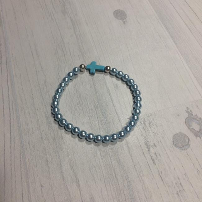 Bracelet en perles bleues et croix turquoise