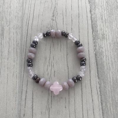 Bracelet en perles et trèfle rose nacré