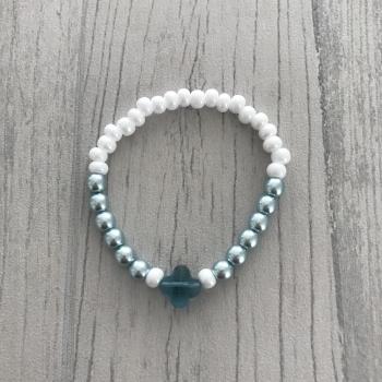 Bracelet bleu, blanc et trèfle bleu